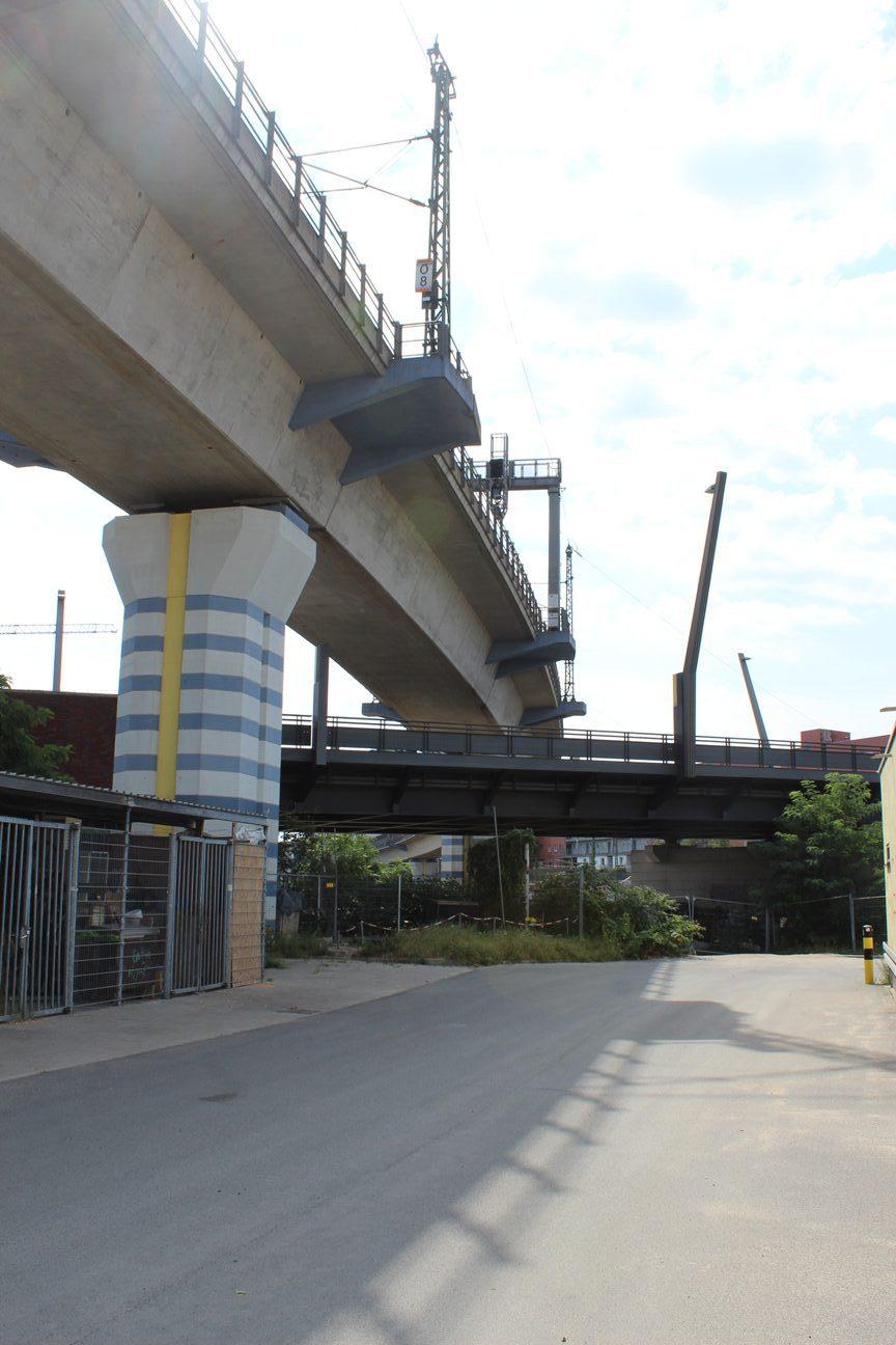 Eisenbahnbruecke_blaugestreift_Foto-rotated