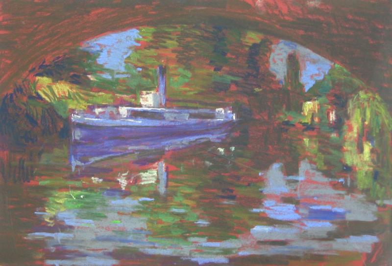 Ausflugsboot unter Brücke