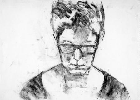 Frau mit Brille -Kohle auf cremefarbenem Skizzenpapier - 58 cm x 42 cm